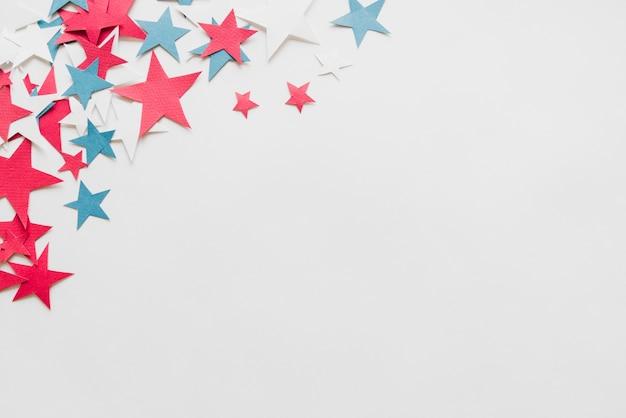 Étoiles en papier sur fond blanc Photo gratuit