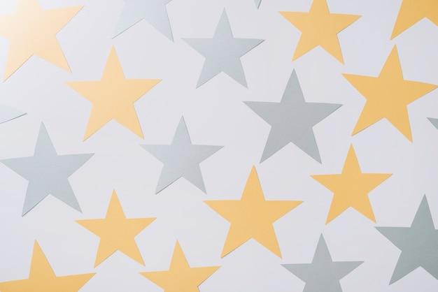 Étoiles en papier sur la table Photo gratuit