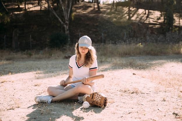 Étudiant Adolescent Concentré Avec Pari De Baseball Photo gratuit