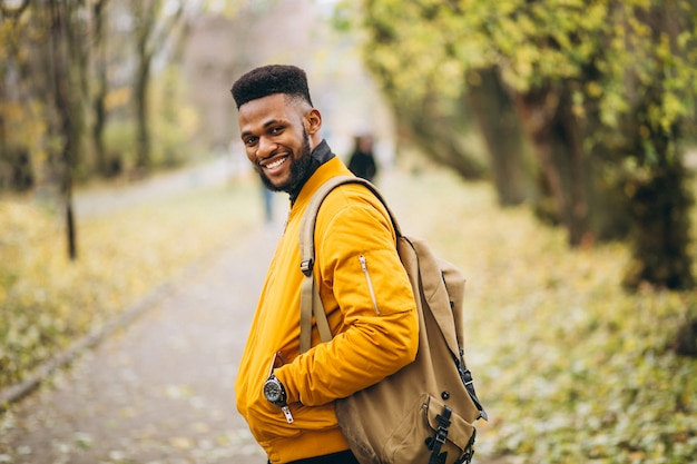 Étudiant afro-américain marchant dans le parc Photo gratuit