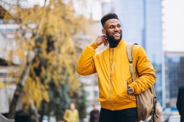 Étudiant afro-américain marchant dans la rue Photo gratuit