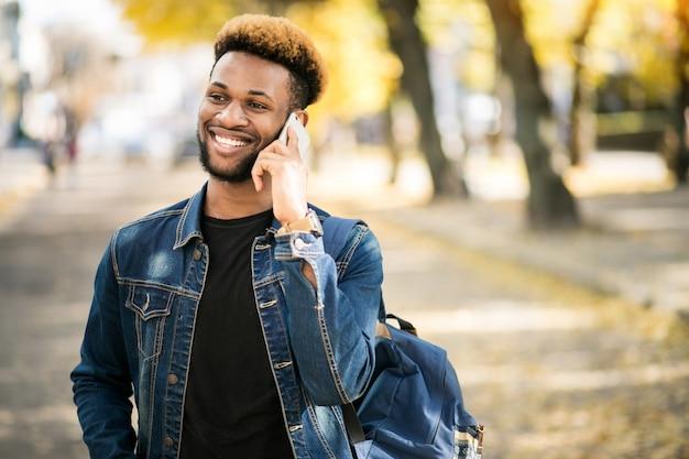 Étudiant afro-américain avec téléphone Photo gratuit