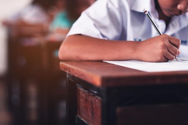 Étudiant faisant le test éducatif Photo Premium