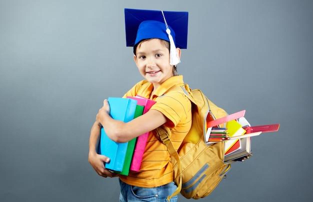 Étudiant heureux avec son sac à dos et des livres Photo gratuit