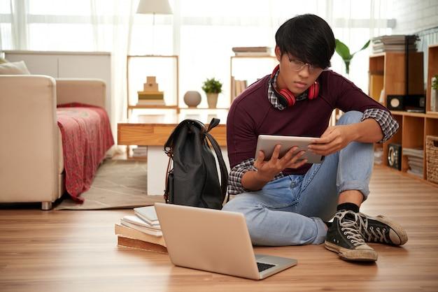 Étudiant en lecture Photo gratuit