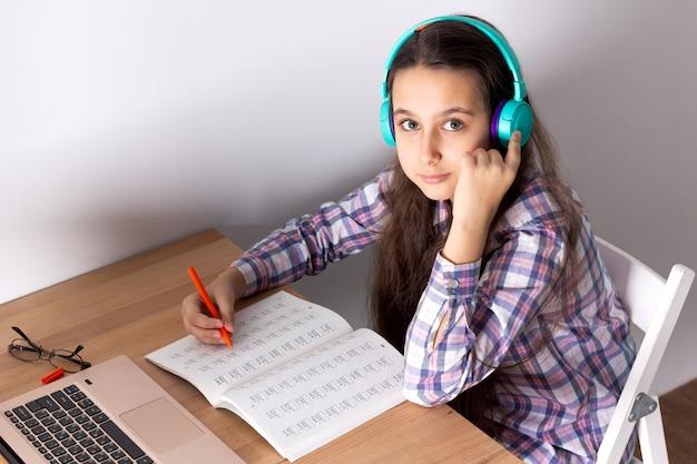 Étudiant avec un ordinateur portable écouter un webinaire en ligne avec des écouteurs. concept de l'apprentissage en ligne. Photo Premium