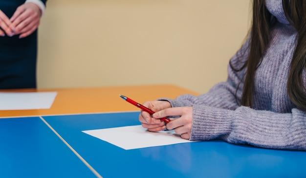 L'étudiant passe le test ou l'examen en classe Photo Premium