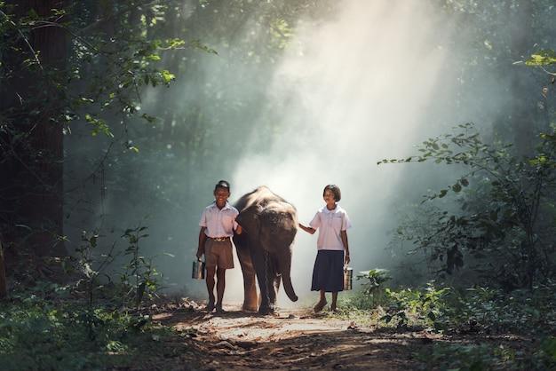 Étudiant petit garçon asiatique et fille, campagne en thaïlande Photo Premium