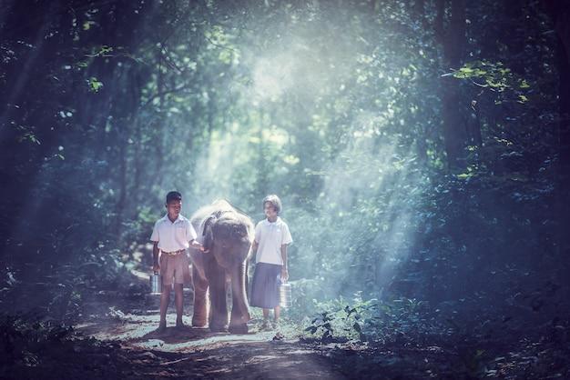 Etudiant petit garçon et fille asiatique, campagne en thaïlande Photo Premium