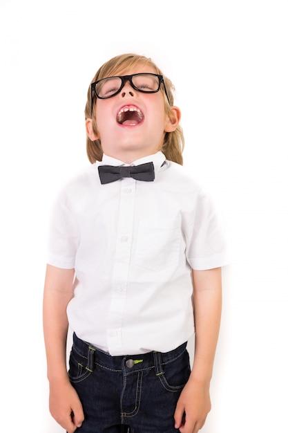 Étudiant portant des lunettes et noeud papillon sur fond blanc Photo Premium