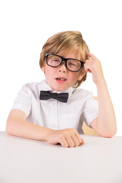 Étudiant portant des lunettes et noeud papillon Photo Premium