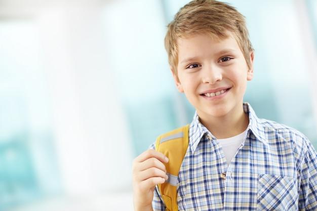 Étudiant avec sac à dos sur une épaule Photo gratuit