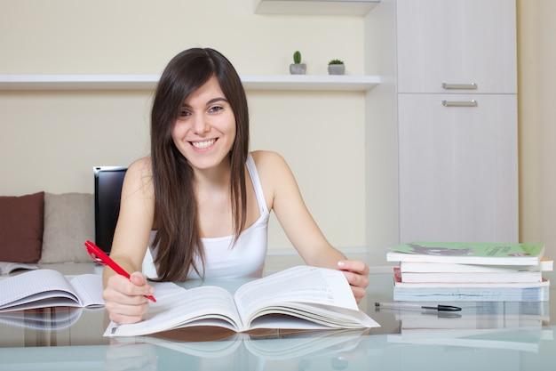 Étudiant travaillant à la maison Photo Premium