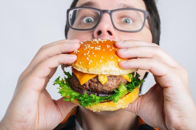 Un étudiant Très Affamé Mange Du Fast Food. Photo Premium