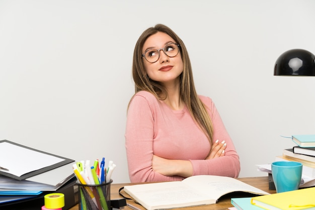 Étudiante adolescente dans sa chambre faisant des gestes douteux en soulevant les épaules Photo Premium