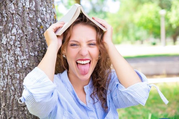 Étudiante espiègle s'amuser dans le parc Photo gratuit