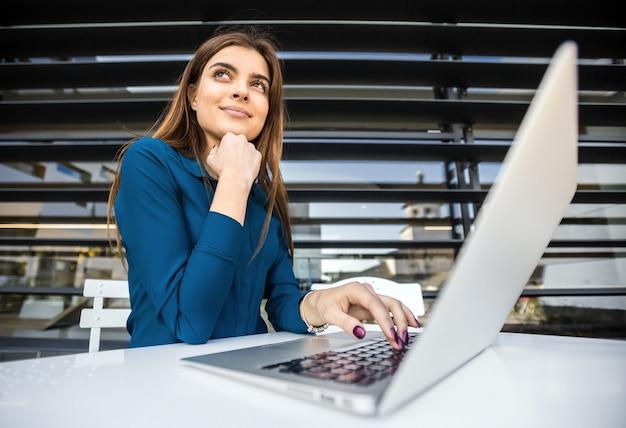 Étudiante Travaille Avec Ordinateur Photo Premium