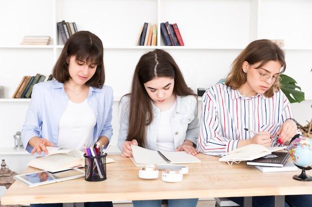 Étudiantes étudient ensemble Photo gratuit