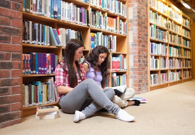 Les étudiantes avec un livre Photo Premium