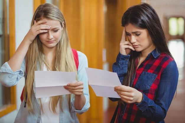 Des étudiants anxieux examinent les résultats à l'université Photo Premium