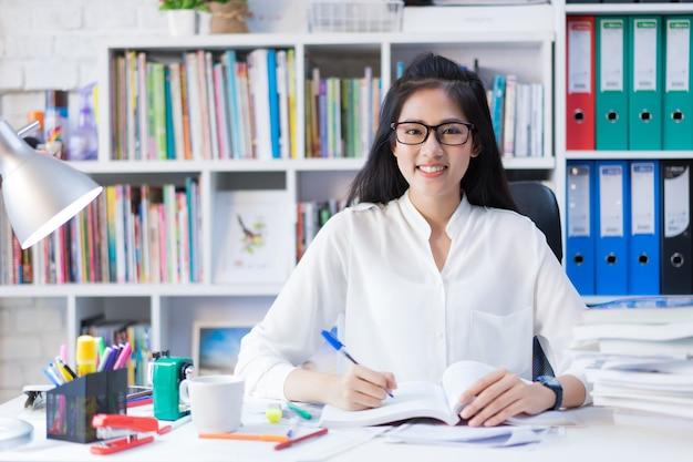 Étudiants asiatiques elle a lu une leçon d'examen de livre. à la maison Photo Premium