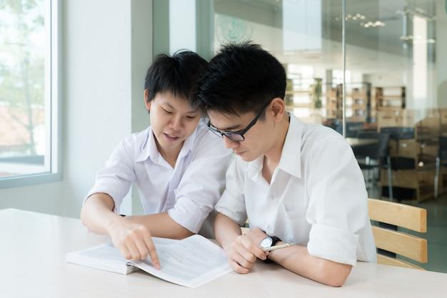 Étudiants asiatiques étudient ensemble à l'université. Photo Premium