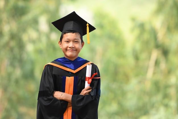 Les étudiants Asiatiques Portaient Des Costumes à Froufrous Noirs, Des Chapeaux Noirs Et Des Glands Jaunes Le Jour De La Remise Des Diplômes. Photo Premium
