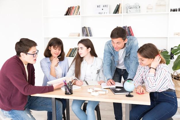 Les étudiants Au Bureau Travaillent Ensemble Photo gratuit