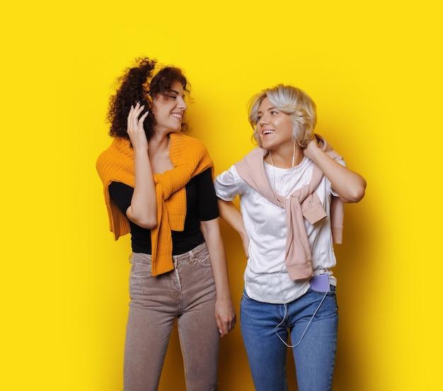 Les étudiants Aux Cheveux Bouclés écoutant De La Musique Photo Premium