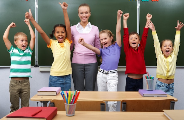 Les étudiants célébrant la fin de l'école Photo gratuit
