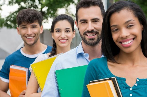 Étudiants Debout Dans Une Rangée Photo Premium