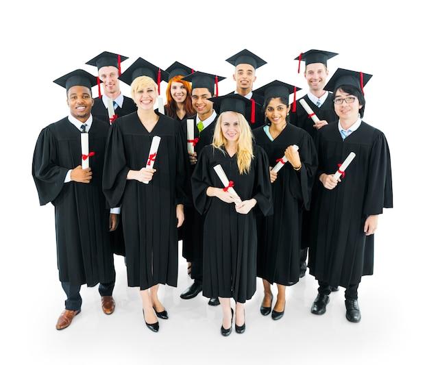 Les étudiants diplômés détenant leur diplôme avec grand sourire. Photo Premium