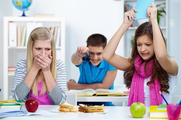 Étudiants frightened en classe Photo gratuit