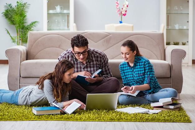 Étudiants préparant des examens universitaires Photo Premium