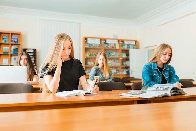 Les étudiants qui étudient en classe Photo gratuit