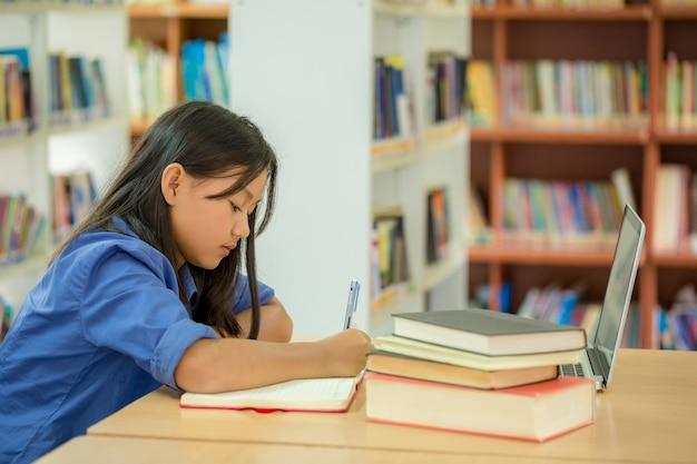 Les étudiants qui se concentrent sur l'éducation dans la bibliothèque Photo gratuit