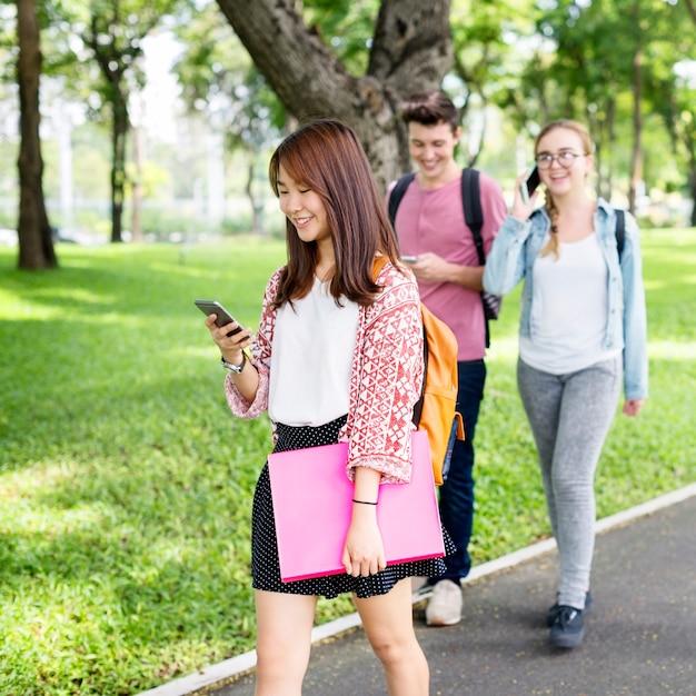 Les étudiants rentrant de l'école Photo gratuit