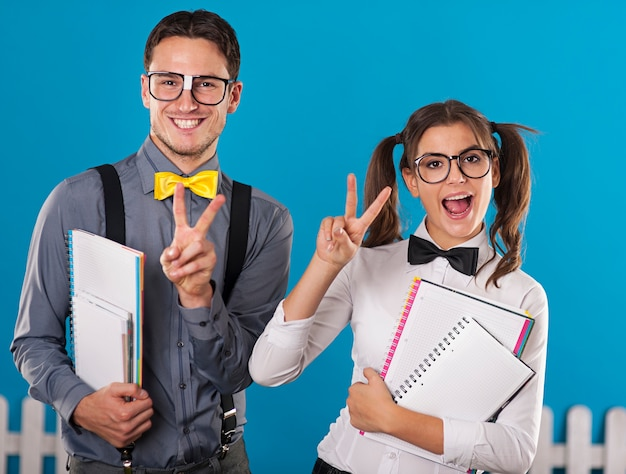 Les étudiants Ringards Avec Cahier S'amusent Photo gratuit
