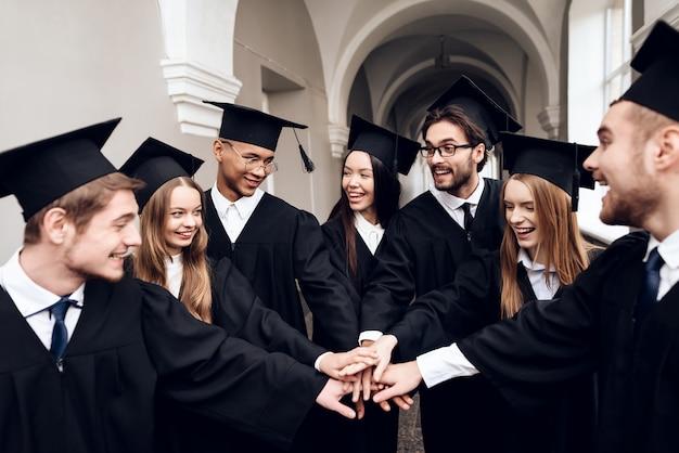Les étudiants sont debout dans le couloir de l'université. Photo Premium