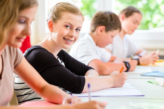 Etudiants en train de passer un test à l'école en se concentrant Photo Premium