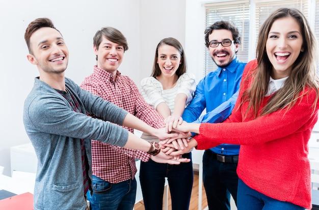 Des étudiants d'université ou d'un collège s'accrochent Photo Premium