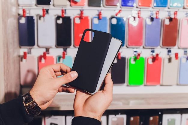 Étuis De Téléphone Colorés à Vendre Dans Les Magasins De Téléphones Mobiles. Photo Premium