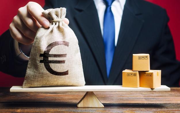 Euro Euro Eur Symbole Sac D'argent Et Un Tas De Boîtes Sur Des échelles. Balance Commerciale Photo Premium