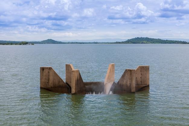 Evacuateur de crues pour le drainage du barrage afin de prévenir les inondations. Photo Premium
