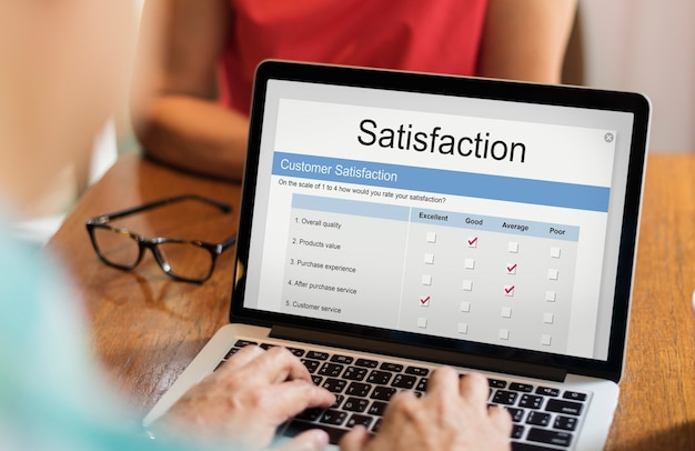 Évaluation De La Satisfaction En Ligne Sur Ordinateur Portable Photo gratuit