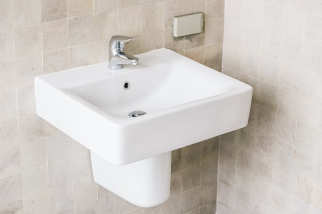 Évier blanc et robinet Photo gratuit