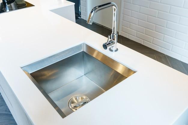 Évier de cuisine design rectangulaire avec robinet d\'eau chromé sur ...