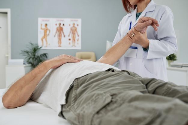Examiner le patient senior Photo gratuit