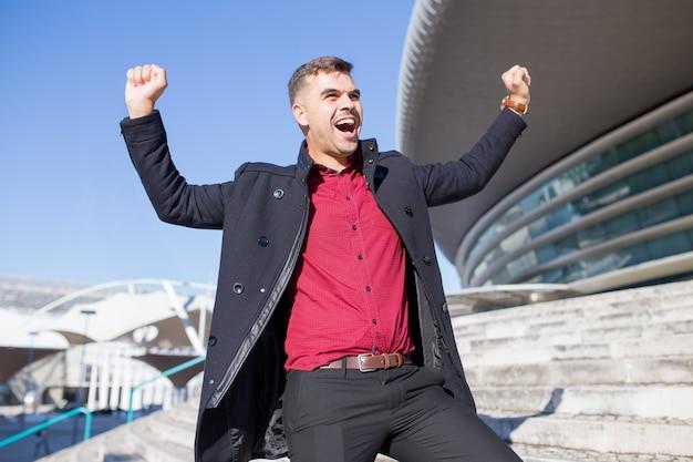 Excité jeune entrepreneur triomphant à l'extérieur Photo gratuit