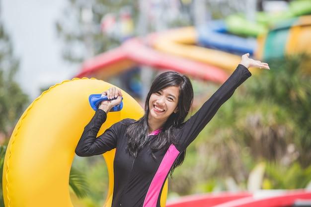 Excité De Jeune Femme Avec Un Tube Gonflable Dans Une Piscine Photo Premium